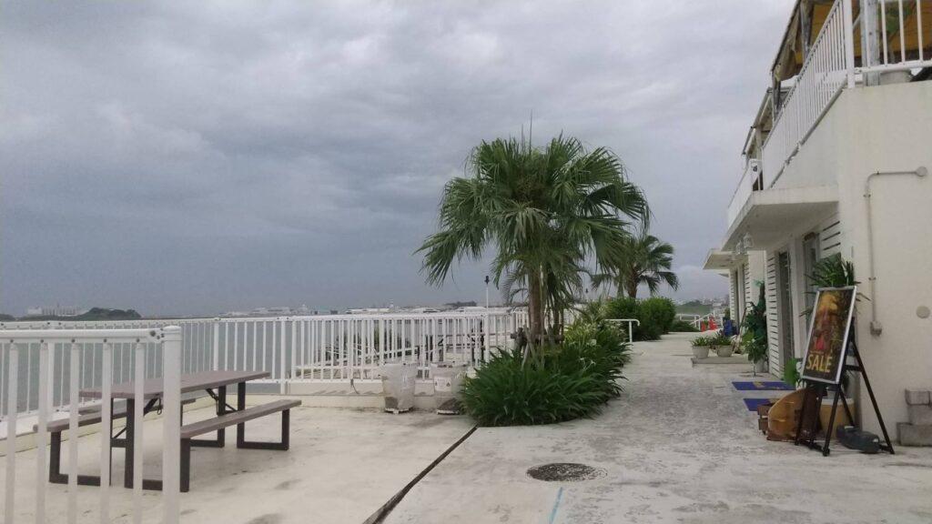 曇り空の沖縄